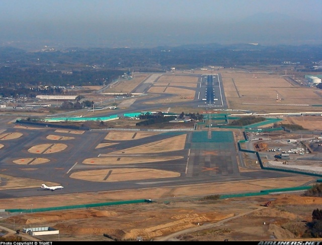 above: narita's 2nd runway, dissected due to a defiant landowner - only the north end is usable